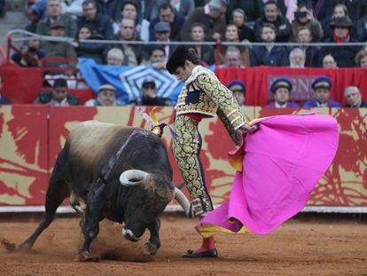 José Tomás lidia su primer toro de la tarde, 'Brigadista', en la Monumental Plaza México, en Ciudad de México.