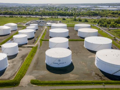 Depósitos de combustible en una planta de Colonial en Woodbridge, Nueva Jersey (EE UU).