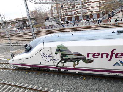 El AVE de Valencia a su entrada a la estación el día de su inauguración en 2010.