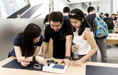 Clientes en la nueva tienda de Apple en Hong Kong, China