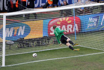 Neuer observa cómo el balón traspasa la línea en el gol que no se le dio a Lampard.
