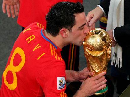 Xavi Hernandez besa la Copa del Mundo tras derrotar a Países Bajos en la final del Mundial de 2010.