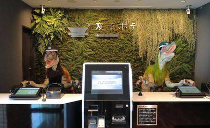 Recepción del hotel Henn na, en Nagasaki (Japón), donde todos los trabajadores eran robots hasta ahora.
