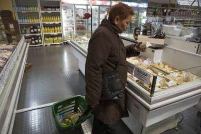 Una mujer en un supermercado de Mendoza (oeste).