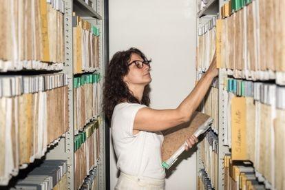Julia Moraes, granddaughter of Vinicius de Moraes, last Tuesday, in the now digitized archive of her grandfather, which is kept at the Casa de Rui Barbosa Foundation, in Rio de Janeiro.