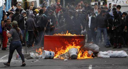 Manifestantes montan barricadas en la manifestación del domingo.
