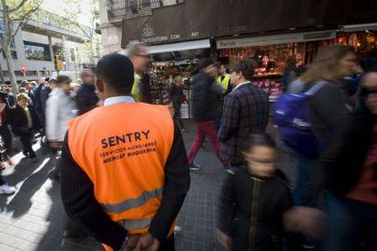Un vigilante controla la entrada de grupos de turistas en La Boqueria.