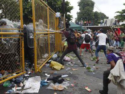 Unas 1.500 personas chocaron con la policía tras derribar la valla fronteriza. El Gobierno asegura que los agentes iban desarmados