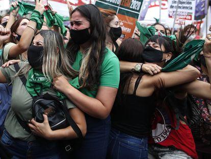 Mujeres celebrando, el 11 de diciembre de 2020, que la Cámara de Diputados aprobó el proyecto de ley que legalizaría el aborto en Argentina.