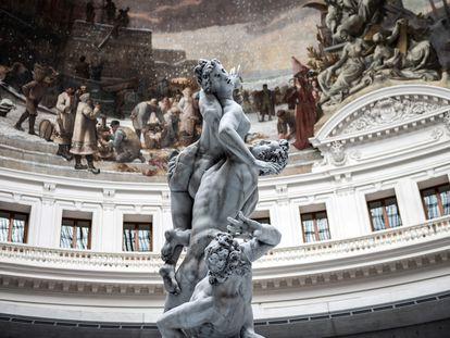 Réplica en cera de 'El Rapto de las Sabinas', del artista suizo Urs Fischer, que protagoniza la inauguración del nuevo museo de arte contemporáneo en París, la Colección Pinault, en la antigua Bolsa de Comercio.