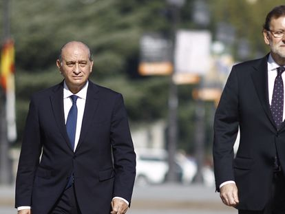 Jorge Fernández Díaz, exministro del Interior, y Mariano Rajoy, expresidente del Gobierno, en un acto en 2015.