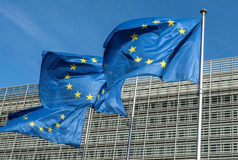 Tres banderas de la Unión Europea ondean frente al edificio Berlaymont, sede de la Comisión Europea en Bruselas.