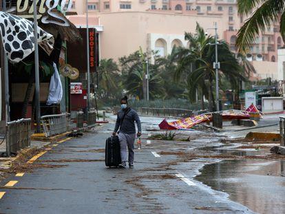 Un turista camina entre los escombros ocasionados por el huracán Delta en Cancún, este miércoles.