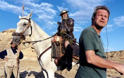 Terry Gilliam, con Jean Rochefort al fondo, en el rodaje de su Quijote en el año 2000.