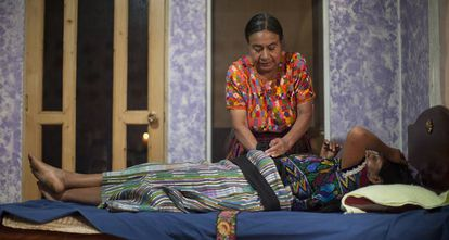 María Celedonia atiende a una paciente de 40 años que ha llegado a su consulta con la sospecha de estar embarazada.