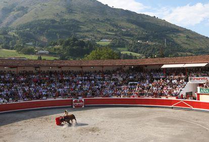 Vista general de la plaza de toros de Azpeitia, donde el viernes se inicia la feria de San Ignacio.