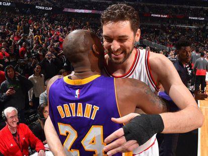 Gasol y Bryant se abrazan en un partido de la NBA en 2016. En vídeo, los aficionados de los Lakers se despiden de Kobe.