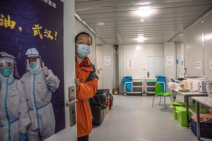 Una trabajadora en el hospital Leishenshan, en Wuhan (China), epicentro del brote de coronavirus.