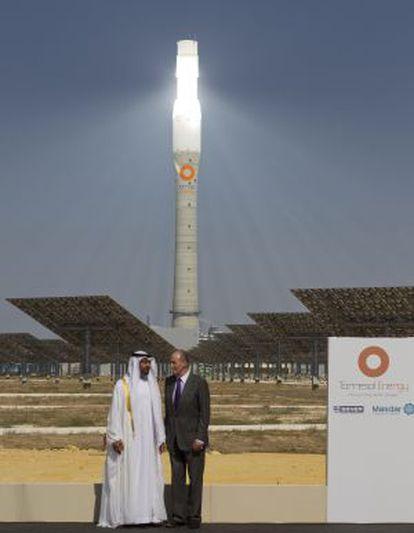 El Rey Juan Carlos y el príncipe heredero de Abu Dabi, el jeque Mohamed bin Zayed Al Nahyan, durante la inauguración de la primera planta comercial del mundo de energía solar por concentración, en octubre de 2011