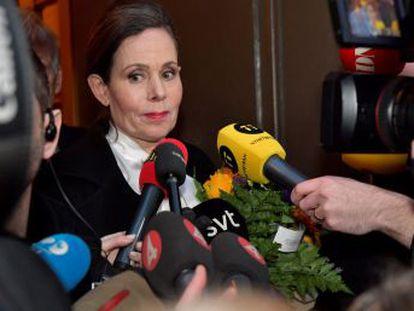 Katarina Frostenson, esposa del dramaturgo acusado de filtraciones y abusos sexuales por 18 mujeres, deja el puesto junto a Sara Danius, encargada de anunciar el premio de literatura