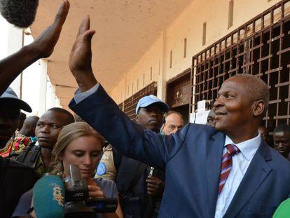 El presidente Touadéra, tars depositar su voto en las elecciones, el 14 de febrero de 2016.