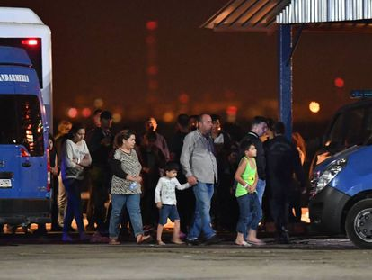 Migrantes en el puerto de Midia, cerca de Navadori, en Rumania