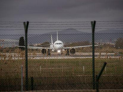 Un avión en la tercera pista del aeropuerto Josep Tarradellas, en El Prat, en una imagen tomada en febrero del pasado año. JOAN SANCHEZ