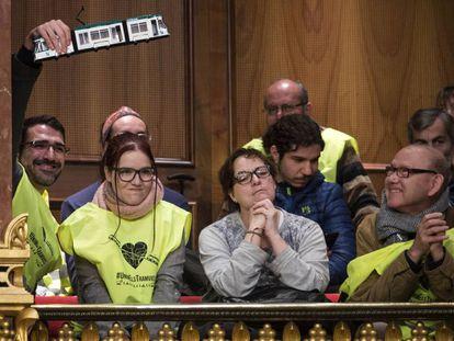 Miembros de la plataforma 'Unim els tramvies', en el pleno.