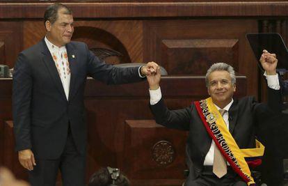 Lenín Moreno, a la derecha, asume el cargo de presidente de Ecuador el pasado mayo junto a su antecesor, Rafael Correa.