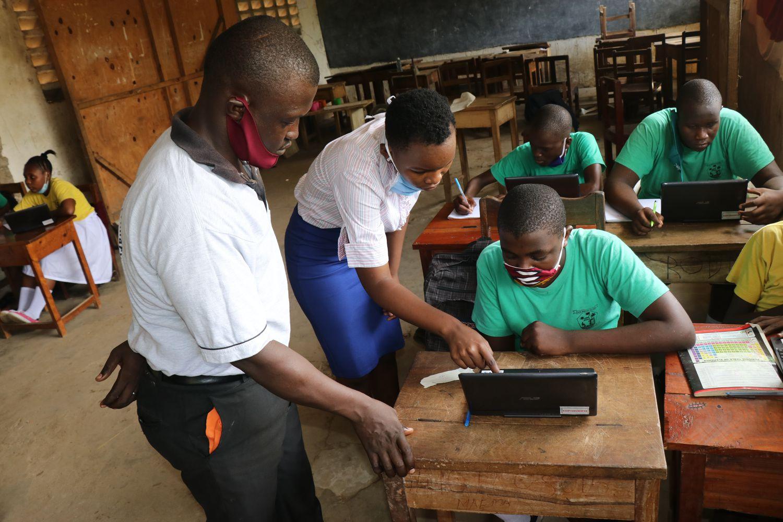 Expertos en tecnología educativa de la ONG Elimu asesoran a estudiantes de la St Paul School en Malindi, Kenia.
