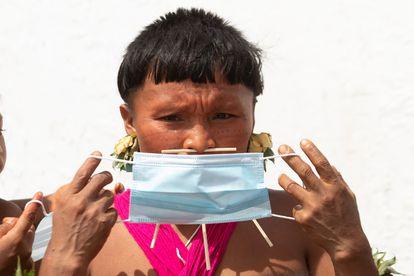 Una indígena yanomami con mascarilla, el 30 de junio en Alto Alegre, en el Estado de Roraima. Según la Articulación de los Pueblos Indígenas de Brasil, 145 pueblos se han visto afectados por la covid-19: más de 18.000 indígenas se han contagiado y 571 han muerto.
