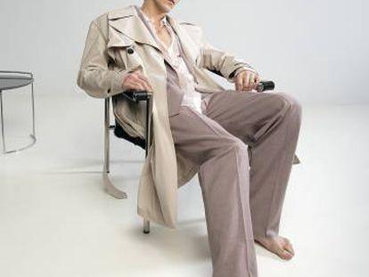 Jorge Suquet se abandona sobre una silla con gabardina Givenchy y traje y camisa Hugo. Colgante con sello Súarez.