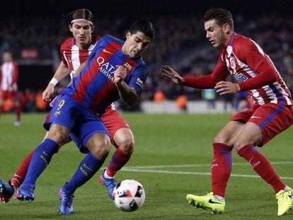 Lucas, derecha, ante Luis Suárez.