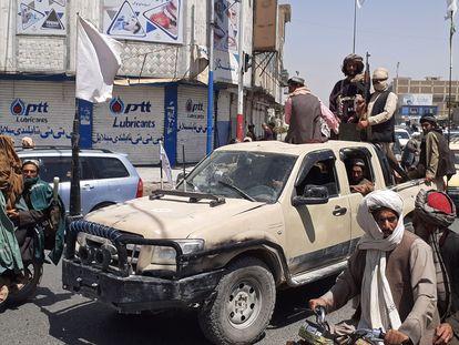 Combatientes talibanes a bordo de una camioneta, el 13 de agosto en Kandahar.