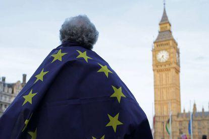 Un manifestante porta una bandera de la UE ante el Parlamento británico.