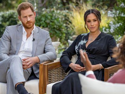 Los duques de Sussex, el príncipe Enrique y Meghan Markle, durante la entrevista con la presentadora estadounidense Oprah Winfrey.