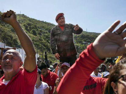 Un grupo de manifestantes lleva una imagen de Hugo Chávez en La Guaira.