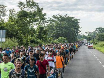 Los miles de centroamericanos que atraviesan México hacia EE UU continúan su marcha extenuados pero unidos