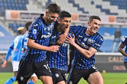 Djimsiti (izquierda) y Gossens (derecha), felicitan a Romero tras su gol al Napoli, el pasado domingo.