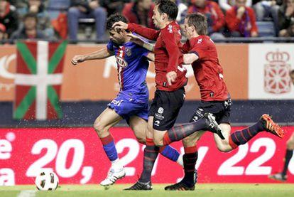 Diego Costa conduce el balón perseguido por Lolo y Monreal.
