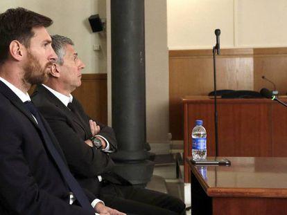 Messi y su padre, en la sala de la Audiencia de Barcelona en junio de 2016.
