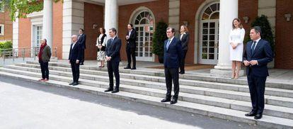Foto de familia en La Moncloa tras la firma del acuerdo para prorrogar los ERTE hasta el 30 de junio.