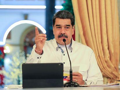 Fotografía cedida por prensa de Miraflores del presidente venezolano, Nicolás Maduro, quien sostiene una figura del beato José Gregorio Hernández en un acto de gobierno, el 8 de octubre de 2021, en Caracas (Venezuela).
