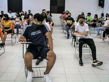 Estudiantes de secundaria durante un examen de admisión al bachiller en agosto de 2020 en Cancún, México.
