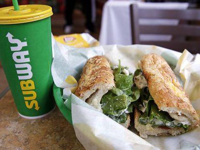 Bocadillo y bebida de un menú de Subway.