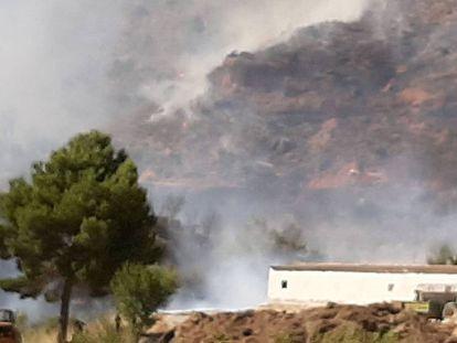 Tareas de extinción en Casa Bajas, en el Rincón de Ademuz.