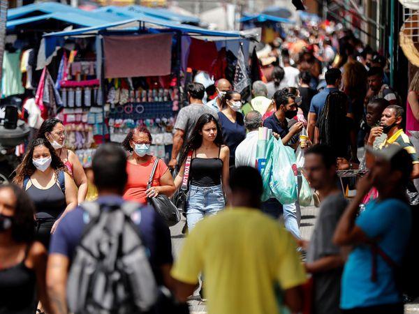 AME9138. SAO PAULO (BRASIL), 02/03/2021.- Una joven sin tapabocas camina en una concurrida calle comercial hoy, en Sao Paulo (Brasil). Brasil vive el peor momento de la pandemia del coronavirus, con una explosión de casos e ingresos que ha llevado a las autoridades sanitarias a exigir más medidas de restricción en todo el país, mientras el presidente, Jair Bolsonaro, insiste en negar la gravedad de una enfermedad que ya deja más de 250.000 muertos. EFE/ Sebastiao Moreira