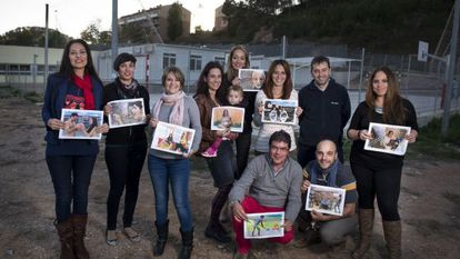 Padres y alumnos de la escuela Cau de la Guineu de Corbera de Llobregat (Barcelona) protestan por los módulos con un calendario.