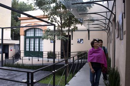 Visitantes recorren un pasillo de la fundación.