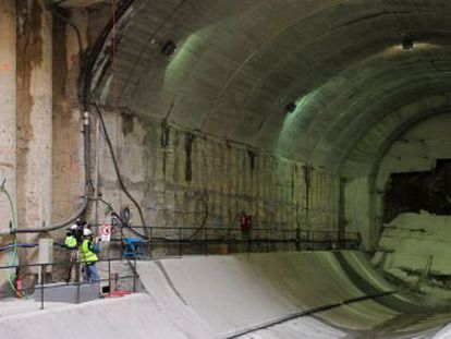 La tuneladora Gran Vía rompe el último trozo de túnel hasta alcanzar las inmediaciones de Atocha, en febrero de 2011.